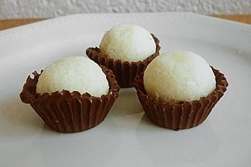 Kokoskugel im Schokoladenförmchen