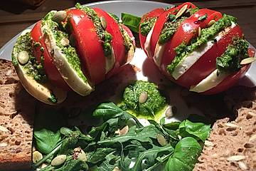Tomaten - Mozzarella mit Pesto und Rucola