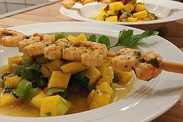 Garnelenspieße auf Mango-Paprika Salat