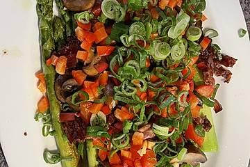 Salat von gebratenem grünen Spargel mit Champignons