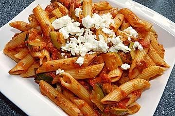Penne mit Tomaten-Zucchini-Schafskäse Sauce