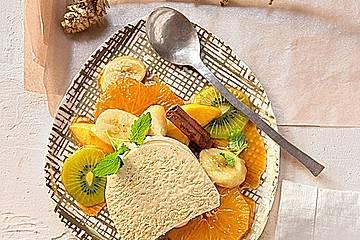 Zimtparfait mit Früchten in weihnachtlicher Karamellsoße