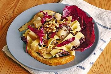 Pasta mit Gorgonzolasauce Birnen, Radicchio und Walnüssen