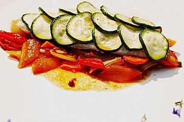 Doradenfilet mit Zucchinischuppen auf mariniertem Gemüse