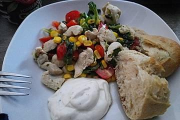 Gesunder Salat mit Hähnchenfleisch