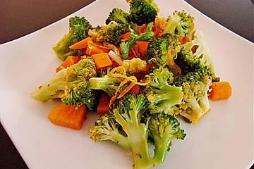 Gebratenes Brokkoli-Süsskartoffel-Karotten Gemüse aus dem Wok
