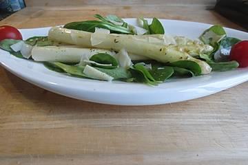 Spargel auf Feldsalat mit Zitronen-Olivenöldressing und Parmesen