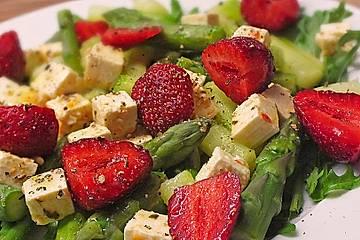 Lauwarmer Spargelsalat mit Feta-Käse und Erdbeeren