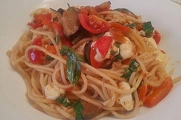Spaghetti mit Paprika-Auberginengemüse und Mozzarella