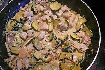 Pasta mit Lachs und Zucchini