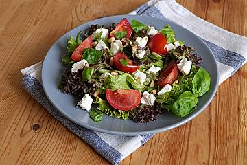 Sommerlicher Salat mit Tomaten und Feta