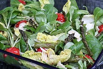 Grüner Salat mit gegrilltem grünem Spargel
