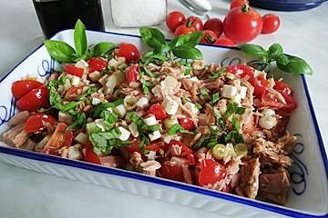 Tomatensalat mit Thunfisch und Feta-Käse