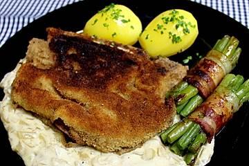 Panierte Koteletts mit Zwiebel-Rahm-Soße