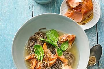 Asiatische Nudelsuppe mit mariniertem Lachs