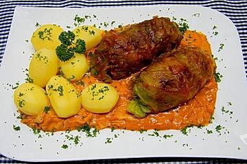 Spitzkohl-Rouladen in Tomatensauce