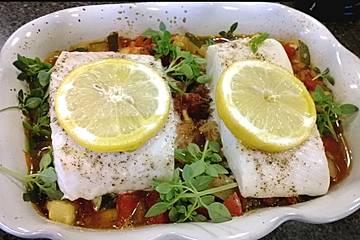Gebackener Fisch mit Tomaten-Zucchini-Sauce