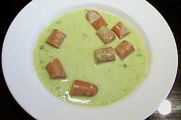 Erbsensuppe mit Wurst und knusprigen Brotwürfeln