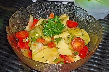 Kartoffelsalat mit Gurke und Tomate