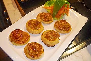 Blätterteigschnecken mit Tomate-Kräuter-Käse Füllung
