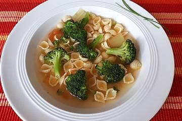Brokkoli-Gemüsesuppe mit Roten Linsen und Nudeln