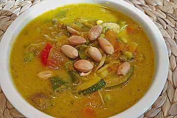Asiatische Kokos-Gemüse-Suppe mit Erdnüssen