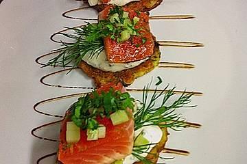 Gebeizter Mojito-Lachs auf Kartoffelpuffern mit Minz-Dill Crème fraîche und Gurke