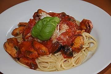 Spaghetti mit Muscheln und Oliven in Tomatensoße