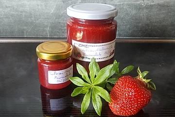 Erdbeermarmelade mit frischem Waldmeister