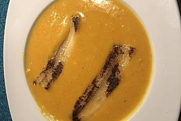 Exotische Möhren-Orangen-Suppe mit gebratener Banane