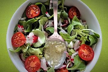 Salatdressing mit Holunderblütengelee