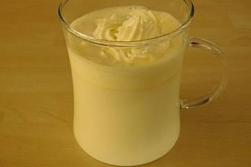 Eierlikör mit heißer Milch und Sahne