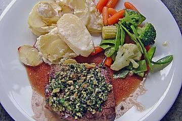 Lamm in Kräuterkruste mit Rotweinsauce und Kartoffelgratin