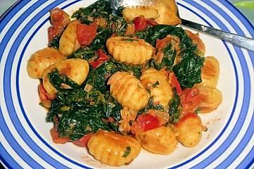 Gnocchi mit Tomaten und Blattspinat