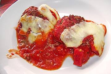Gratinierte Mozzarella-Hackbällchen in Tomatensoße