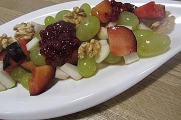 Herbstlicher Fruchtsalat mit Walnüssen