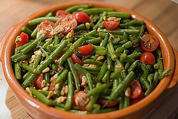 Antipasti mit grünen Bohnen und Pinienkernen