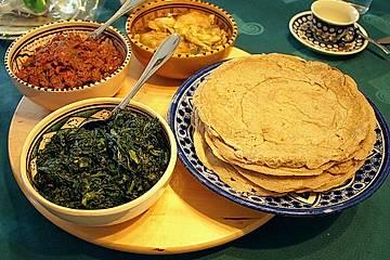 Äthiopisches Rindfleisch mit Injera und Grünkohl