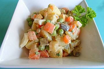 Vegetarischer, bunter Kartoffelsalat