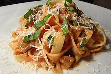 Tomaten-Sahne-Sauce mit Aubergine für Pasta