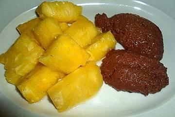 Mandel-Schokopudding auf Himbeerspiegel mit Ananas