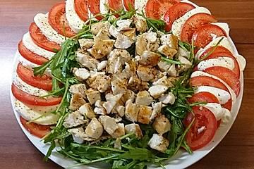 Frischer Tomaten-Mozzarellasalat mit Rucola und Hähnchenstreifen