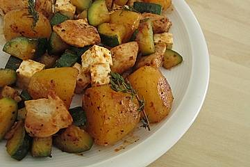 Zucchini-Hähnchen-Pfanne mit Kartoffeln und Schafskäse