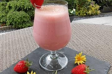 Erdbeer-Kefir-Shake mit Holunderblütensirup