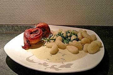 Putenrouladen im Speckmantel mit Gnocchi an Spinat-Gorgonzola-Soße