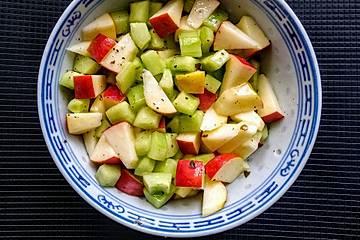 Apfel-Gurkensalat