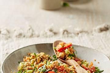 Couscous Salat mit frischer Minze, Petersilie, Frühlingszwiebel, Tomate, Gurke