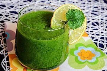 Grüner Smoothie mit Kiwi, Apfel, Spinat