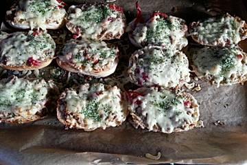 Pizzabrötchen mit Frischkäse-Hackfleisch-Belag
