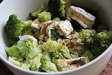 Lauwarmer Romanesco-Brokkoli Salat mit Ziegencamembert
